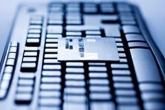 Kreditkarte auf Computer-Tastatur Lizenzfreies Stockfoto