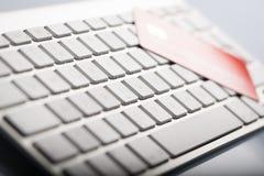 Kreditkarte auf einer Computertastatur Stockbilder