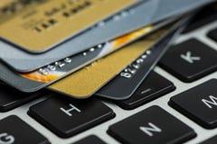 Kreditkarte auf Laptop, on-line-Einkaufen Lizenzfreie Stockfotos