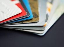 Kreditkarte auf Laptop, on-line--shoppingStack der mehrfarbigen Kreditkartenahaufnahme Lizenzfreies Stockfoto