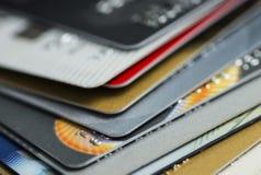 Kreditkarte auf Laptop, on-line--shoppingStack der mehrfarbigen Kreditkartenahaufnahme Stockbild