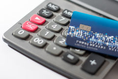 Kreditkarte auf Taschenrechner Stockbild