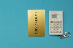 Kreditkarte auf Taschenrechnerhintergrund auf blauem Hintergrund stockfoto