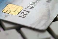 Kreditkarte auf Tastatur Stockfotos