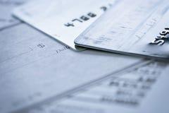 Kreditkarte-Blankoscheck auf Finanzdokumenten stockfoto