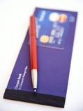 Kreditkarte, Feder und Scheckheft. Stockfotografie