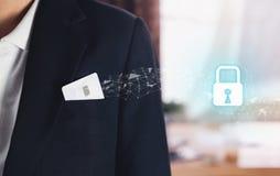 Kreditkarte im Taschengeschäftsmannschwarzanzug und im Ikonenschlüsselverschluß Abstrakter Hintergrund mit Verschluss und Entwurf Stockbild