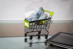 Kreditkarte liegt in einem Miniwarenkorb Lizenzfreies Stockfoto