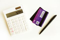 Kreditkarte mit Taschenrechner auf Tabelle stockfoto
