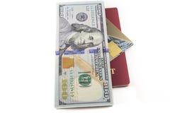 Kreditkarte mit USA-Dollarscheinen und Pass Stockfoto