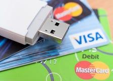 Kreditkarte mit Weltkarte und Kugel Lizenzfreies Stockbild