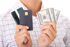 Kreditkarte oder Bargeld Stockbild