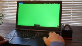 Kreditkarte-Sicherheitscode des Geschäftsmannes hereinkommender stock video