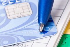 Kreditkarte, Tagebuch und Feder Stockbilder