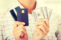 Kreditkarte und Bargeld Stockbilder