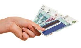 Kreditkarte und Bezeichnungen in einer weiblichen Hand Stockfoto