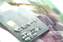 Kreditkarte und Euro Stockbild