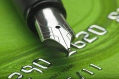 Kreditkarte und Feder Stockfoto