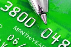 Kreditkarte und Feder lizenzfreie stockfotos