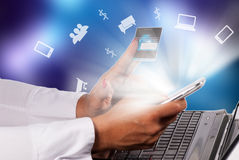 Kreditkarte und Laptop Lizenzfreie Stockbilder