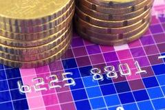 Kreditkarte und Münzen Stockfoto