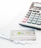 Kreditkarte und Rechner auf Whit Umschlag Stockbild