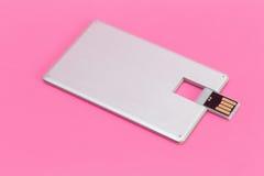 Kreditkarteflash-speicher auf einem rosa Hintergrund Lizenzfreie Stockbilder