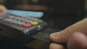 Kreditkartemaschine f?r Geldgesch?ft Mannhand mit Kreditkarteschlag durch Positions-Anschluss und Stiftcode eingeben stock video footage