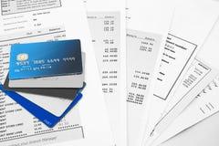 Kreditkarten auf Bankauszügen lizenzfreie stockfotos