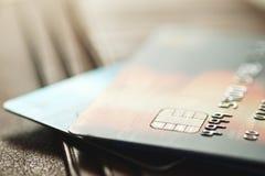 Kreditkarten auf brauner Geldbörse im flachen Fokus Lizenzfreie Stockbilder