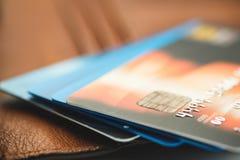 Kreditkarten auf brauner Geldbörse im flachen Fokus Lizenzfreie Stockfotos