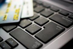 Kreditkarten auf Computer Stockbild