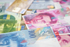 Kreditkarten auf Schweizer Banknoten Stockbilder