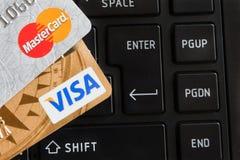 Kreditkarten auf Tastatur des Notizbuches Lizenzfreie Stockfotos