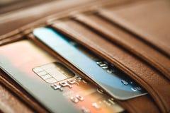 Kreditkarten in der braunen Geldbörse mit flachem Fokus Stockbilder