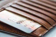 Kreditkarten in der braunen Geldbörse mit flachem Fokus Stockfotos