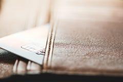Kreditkarten in der braunen Geldbörse mit flachem Fokus Lizenzfreie Stockfotografie