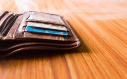 Kreditkarten des Debets A in einer ledernen Geldbörse freundlich gesetzt am Holztisch, Atelieraufnahme mit Kopienraumraum für Tex lizenzfreie stockbilder