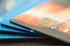 Kreditkarten gestapelt, alte Kreditkarten in der braunen und blauen Farbe Lizenzfreies Stockfoto