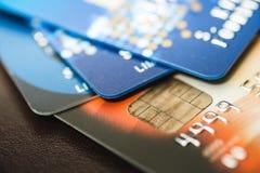 Kreditkarten gestapelt, alte Kreditkarten in der braunen und blauen Farbe Lizenzfreie Stockfotos