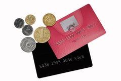 Kreditkarten mit Münzen Stockfoto