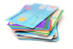 Kreditkarten stapeln auf Weiß Stockfotos