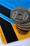 Kreditkarten und alte Münzen Stockbild