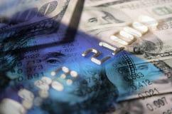 Kreditkarten und Bargeld für Finanzen Lizenzfreie Stockfotos