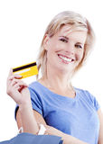 Kreditkarten und Einkaufstaschen, welche die Hand einer Frau halten. Stockbilder