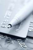 Kreditkarten und Feder Lizenzfreie Stockbilder