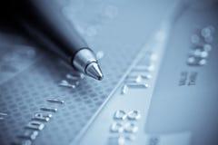 Kreditkarten und Feder lizenzfreies stockfoto