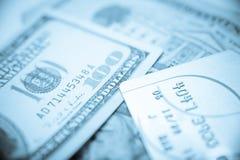 Kreditkarten und hundert Dollar-Bargeld Stockbilder