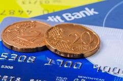 Kreditkarten und zwei Münzen. Lizenzfreies Stockfoto