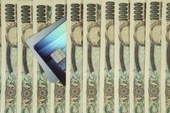 Kreditkarten unter Bargeld Stockfoto